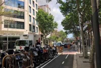 Здание для продажи расположено в районе Сантс (Sants), рядом с площадью Испании (Plaza España).